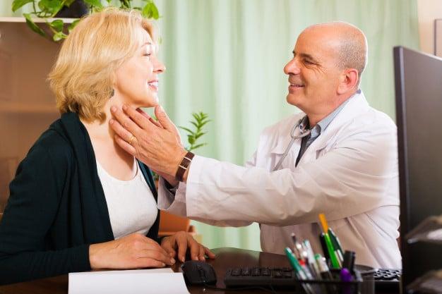 medico verificando a tireoide
