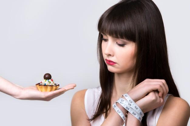 mulher evitando doce