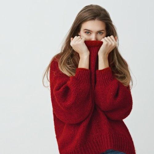 mulher sentindo muito frio