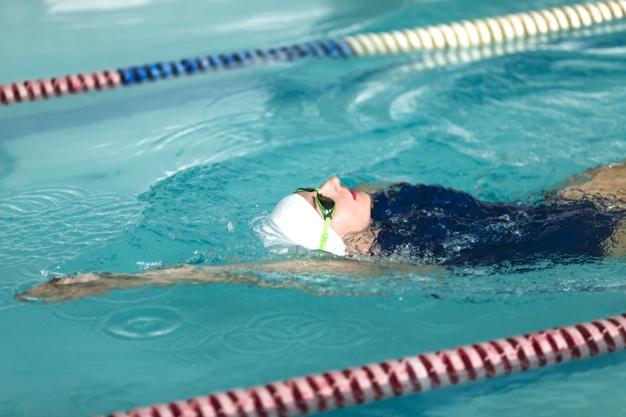 mulher nadando