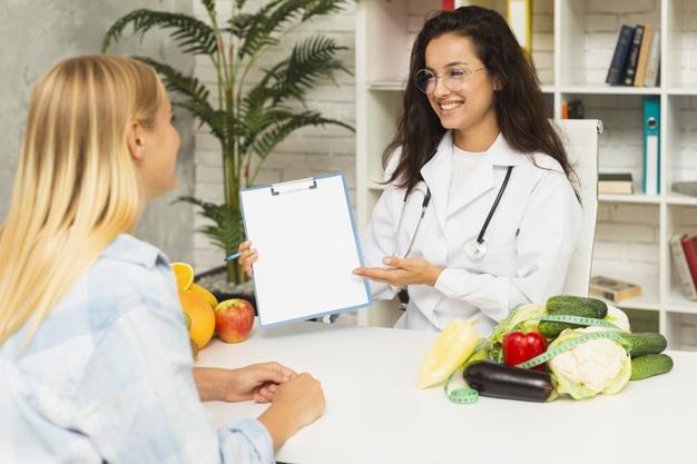 nutricionista em consulta com paciente