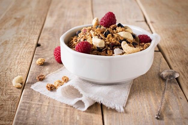 Tigela com granola e frutas