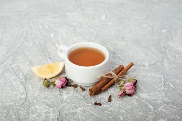 xícara de chá de canela em pó