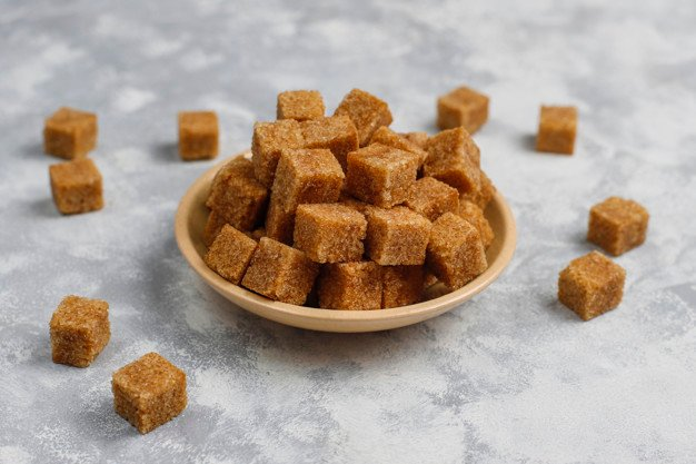 açúcar mascavo em cubos