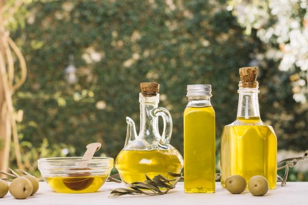 azeite de oliva em diferentes frascos