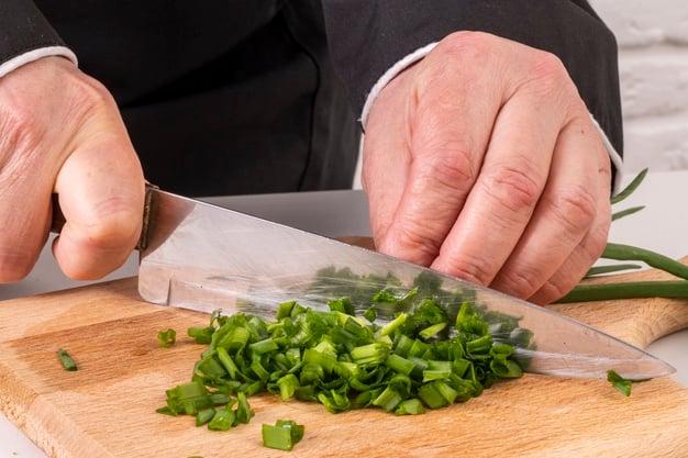 cebolinha sendo cortada