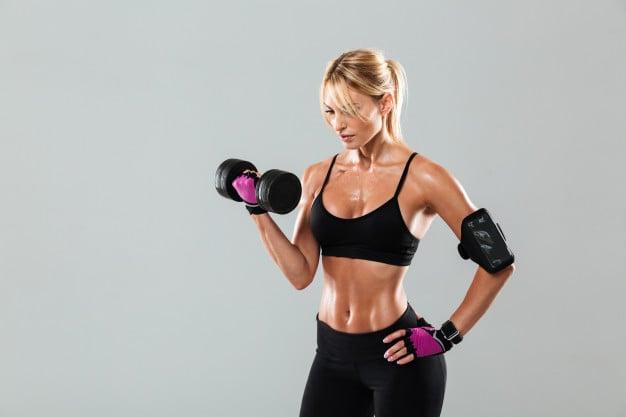mulher treinando com peso