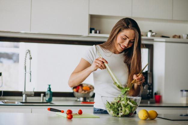 mulher cozinhando salada