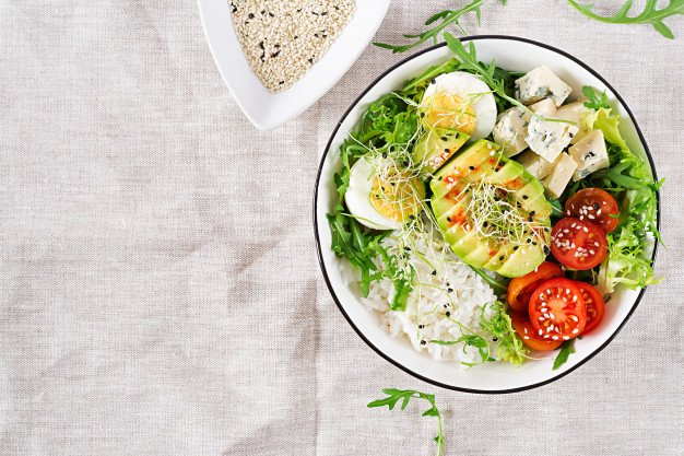 gergelim salpicado na salada