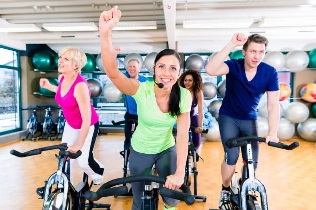 grupo se exercitando na bicicleta ergométrica