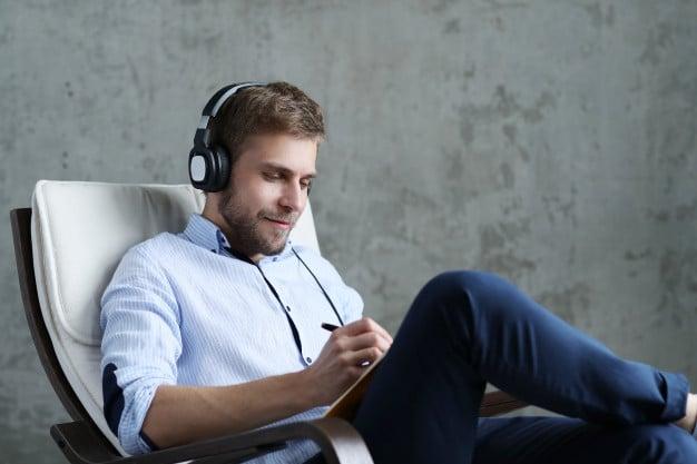 homem ouvindo musica calma