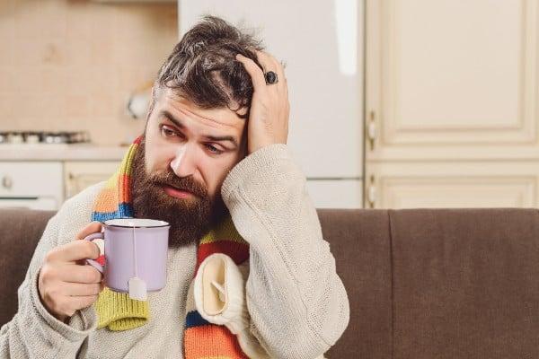 homem bebendo chá