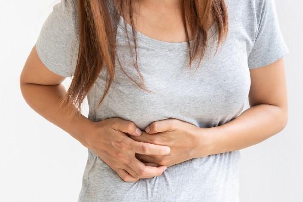 mulher com crise renal
