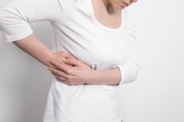 mulher com dor na costela