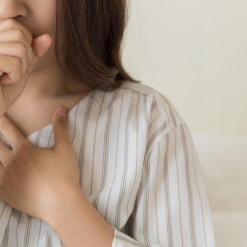 Mulher com sintomas de bronquite