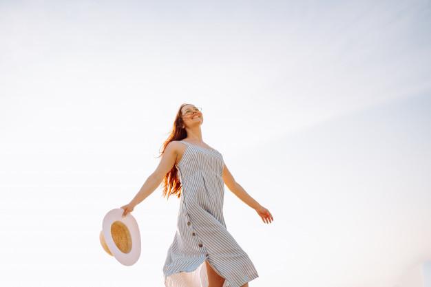 mulher feliz sem TPM
