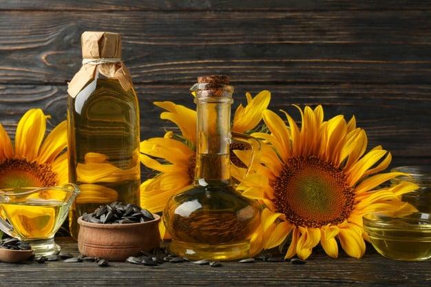 óleo de girassol na mesa
