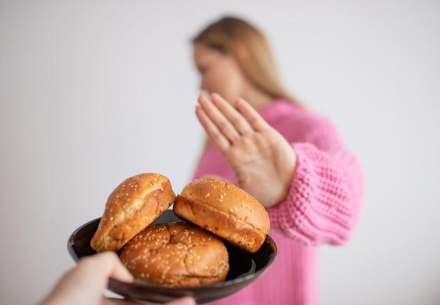 pessoa recusando alimentos com glúten