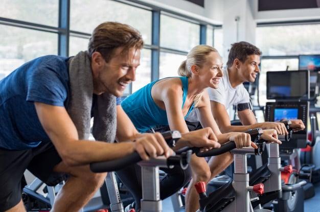 pessoas se exercitando na bicicleta