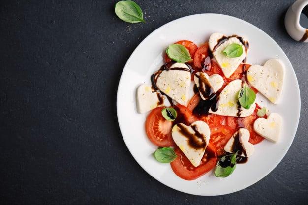 Salada caprese com vinagre balsâmico
