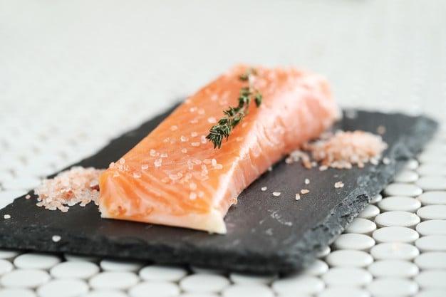salmão com sal rosa do himalaia