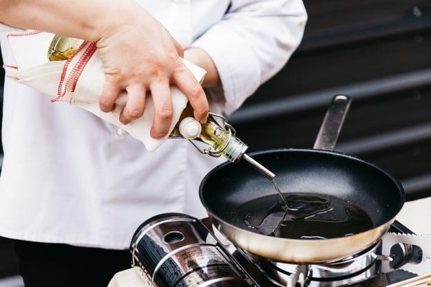 usando azeite de oliva na frigideira para cozinhar