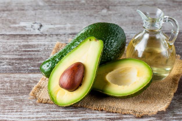 abacate e óleo de abacate no jarro