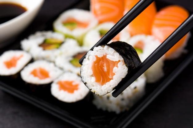 comida japonesa salmon maki sushi