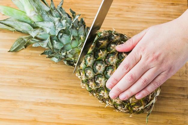 Descascando o abacaxi
