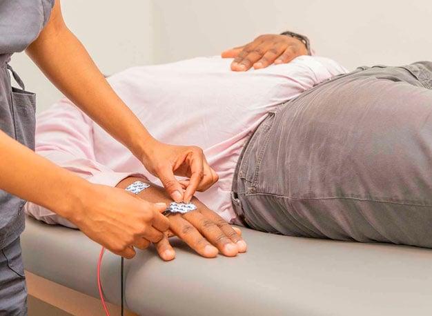 Exame de bioimpedância feito no consultório médico