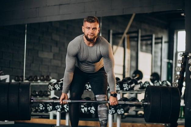 exercício com barra na academia