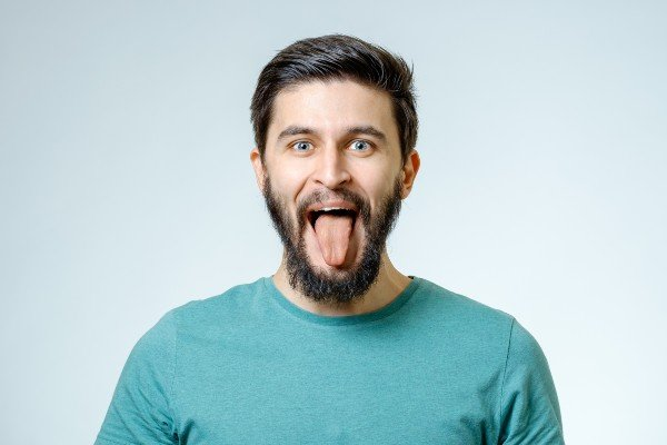 homem mostrando a língua