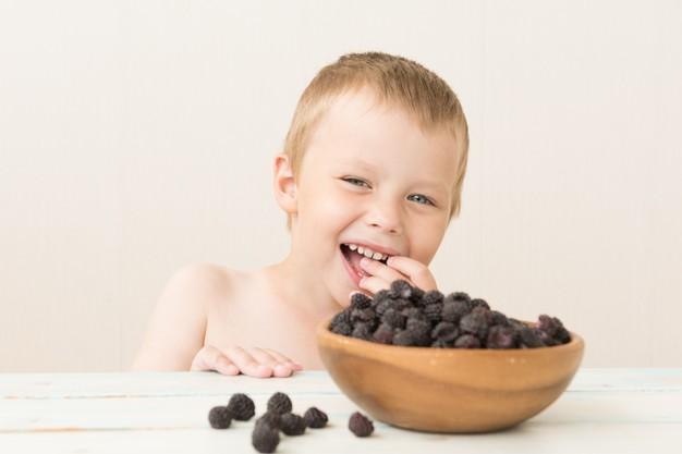 criança comendo amoras