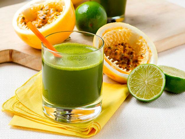 Suco verde detox com farinha de maracujá
