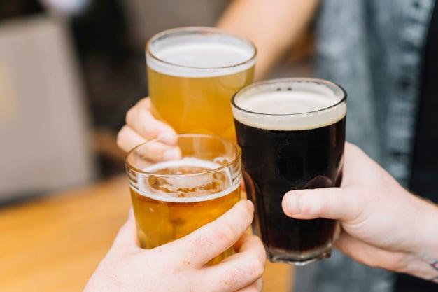 brinde com canecas de cerveja