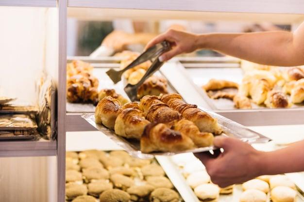 escolhendo o pão na padaria