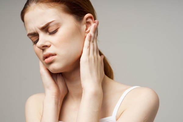 mulher com dor de ouvido