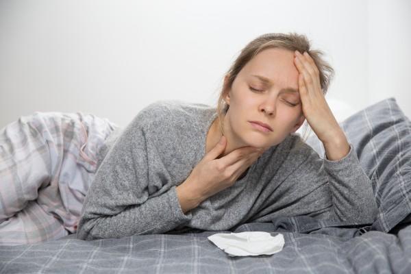 dor de garganta e dor de cabeça