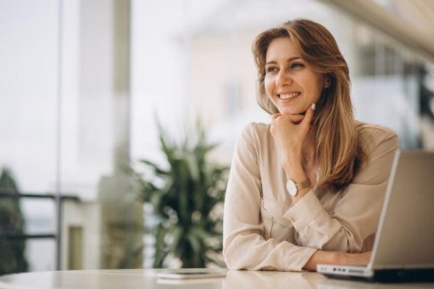 mulher feliz no trabalho