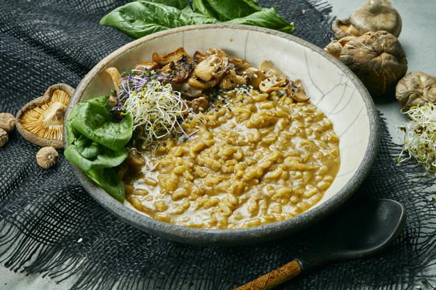 Sopa com arroz selvagem e cogumelos