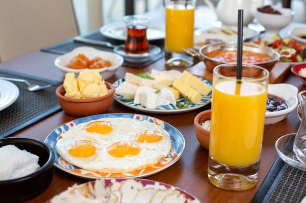 suco de laranja no café da manhã