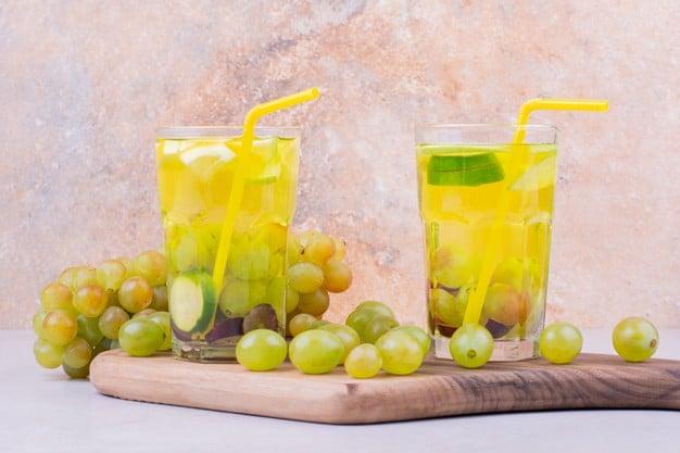 Suco de uva verde com limão e erva doce