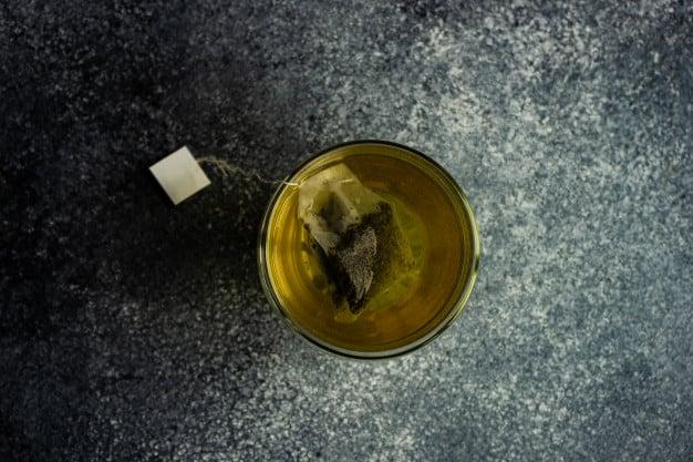 xícara de chá de quebra pedra