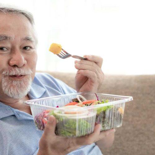 Idoso almoçando