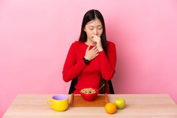 Pessoa comendo - Pera dá gases?