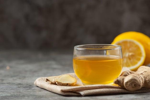 água com limão e gengibre