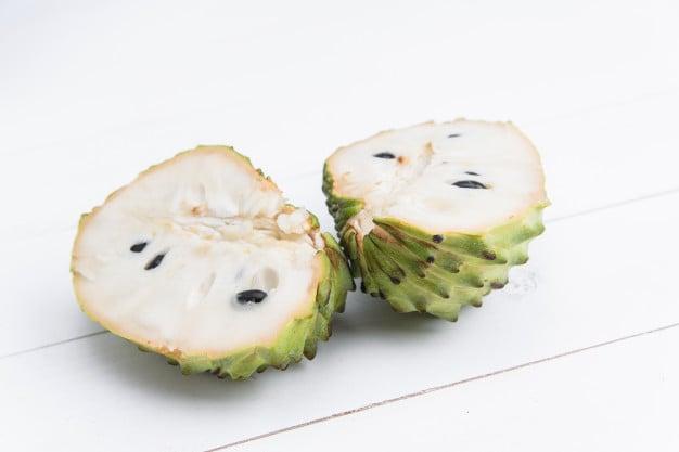 fruta do conde aberta
