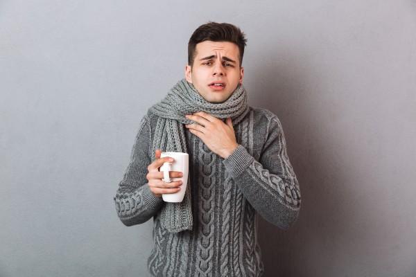 homem com garganta doendo