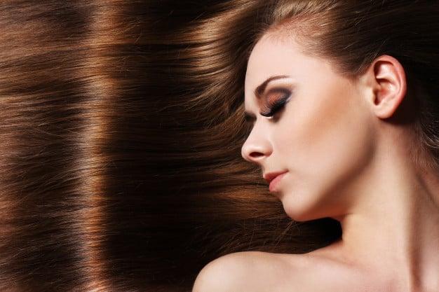 mulher com cabelo sedoso ao fundo