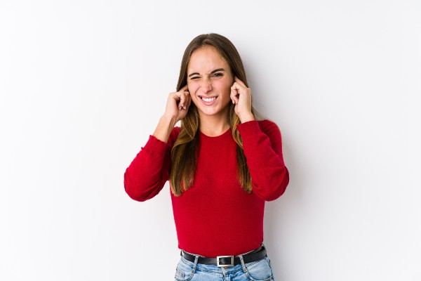 mulher com ruído no ouvido